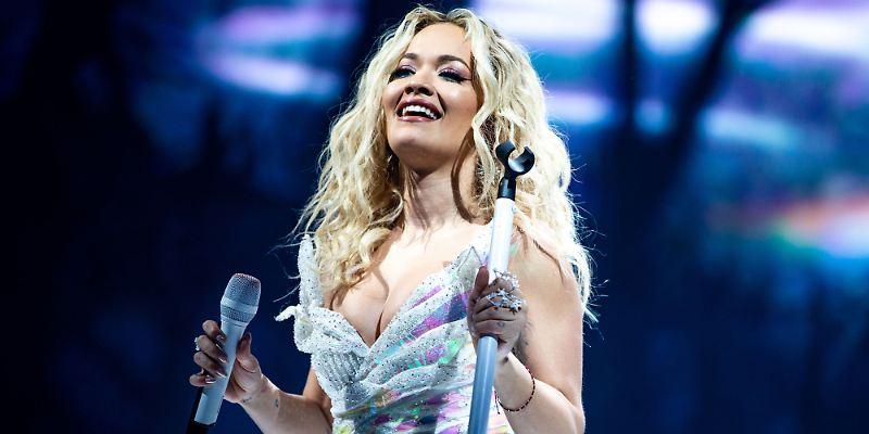 Rita Ora: Mit Unbekanntem am Strand in Sidney